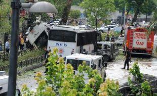 Des policiers sur les lieux d'une attaque à la bombe ayant visé un véhicule de police à Istanbul, le 7 juin 2016