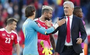 Vladimir Petkovic félicite ses joueurs après le match contre la Roumanie, au Parc.