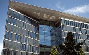 Le géant français de l'hôtellerie Accor a annoncé lundi la vente des murs de son hôtel Sofitel du quartier de La Défense à Paris, dont il gardera la gestion, aux groupes Amundi Immobilier et Algonquin pour 22 millions d'euros.