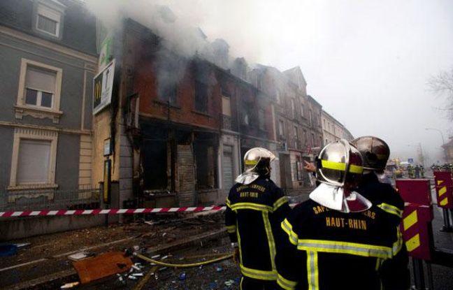 Les pompiers luttaient encore contre le feu qui a ravagé un immeuble d'habitation à Mulhouse, le 1er novembre 2011 au matin.