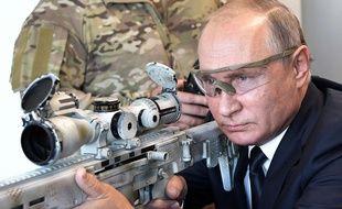 Vladimir Poutine avec un fusil Kalachnikov, à Moscou le 19 septembre 2018.