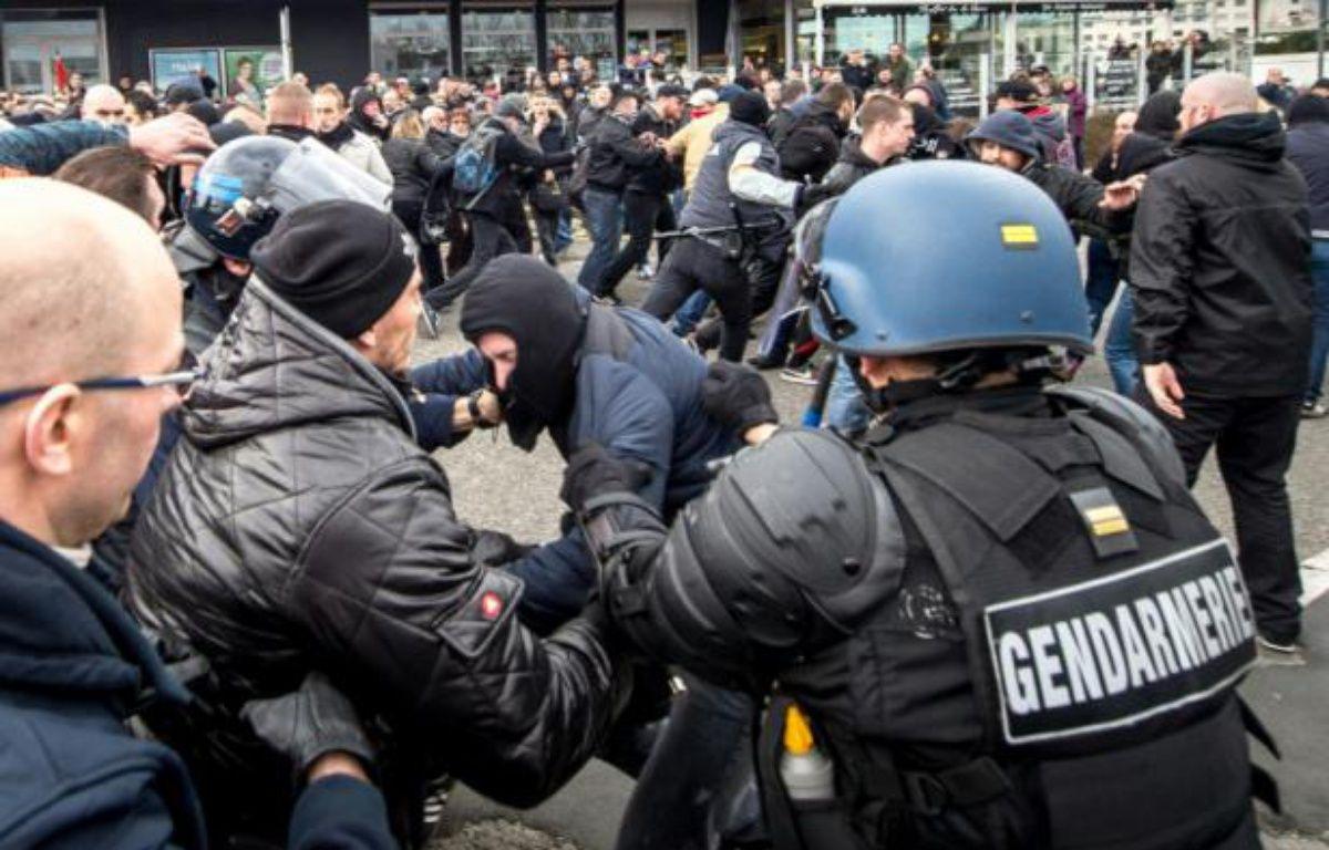 Affrontement entre forces de l'ordre et manifestants du mouvement islamophobe Pegida à Calais, le 6 février 2016 – PHILIPPE HUGUEN AFP