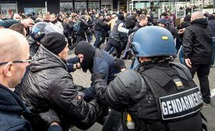 Affrontement entre forces de l'ordre et manifestants du mouvement islamophobe Pegida à Calais, le 6 février 2016