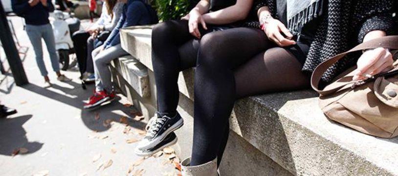 NANTES, le 14/05/2014 - Des lycéennes en jupes devant le lycée Clémenceau