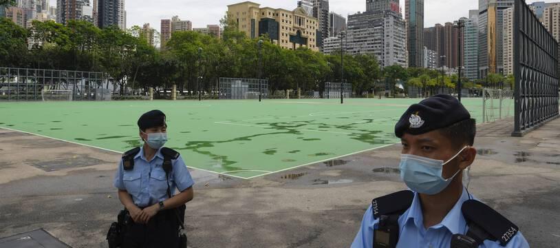 Des policiers chinois montent la garde au parc Victoria de Hong Kong, le vendredi 4 juin 2021, où un organisateur de la commémoration annuelle de la répression meurtrière de la place Tiananmen, a été arrêté.