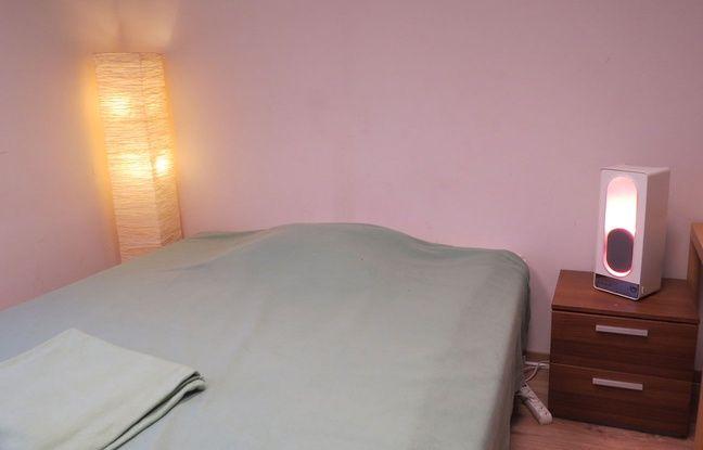 Dans les chambres du Centre du sommeil et de la vigilance de l'Hôtel-Dieu (AP-HP), à part la caméra infra-rouge, la déco