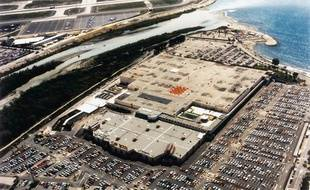 Le centre commercial a été construit sur une zone marécageuse à l'embouchure du Var