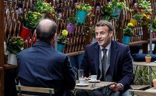 Emmanuel Macron et Jean Castex boivent un café en terrasse, mercredi 19 mai 2021.