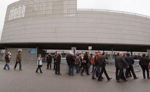Des spectateurs devant le Zénith de Nantes avant le meeting de Marine Le Pen.