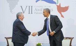 Poignée de main entre Raul Castro et Barack Obama au Sommet des Amériques au Panama, le 11 avril 2015.