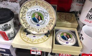 Dans les boutiques de souvenirs de Londres, les goodies à l'effigie de Meghan et Harry peinent à trouver preneurs, et beaucoup sont déjà soldés.