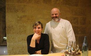 Mélanie, notre lectrice, avec Philippe Etchebest pendant l'opération «A table avec 20 Minutes »