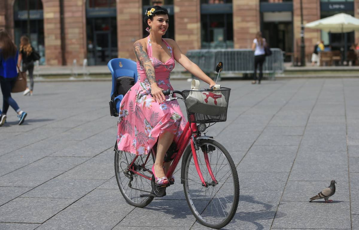 Coco Das Vegas à vélo dans les rues de Strasbourg. Le 26 juin 2015 – G. Varela / 20 Minutes