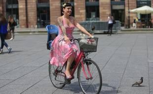 Coco Das Vegas à vélo dans les rues de Strasbourg. Le 26 juin 2015