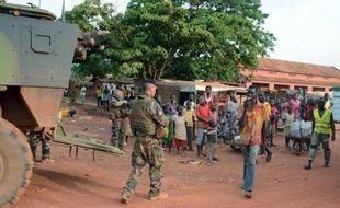 Des soldats patrouillent dans un quartier de Bangui le 20 mai 2015