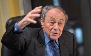 """L'ancien Premier ministre socialiste Michel Rocard plaide dans le Journal du dimanche pour un """"ralentissement"""" dans la réduction des déficits, une réduction du temps de travail et un départ à la retraite à 65 ans."""