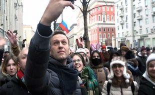 Le leader de l'opposition russe, Alexeï Navalny prenant un selfie avec des manifestants au cours de son appel au boycott des élections présidentielles du 18 mars 2018.