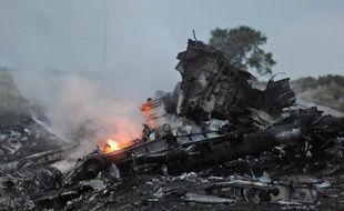 La carcasse encore fumante de l'avion malaisien qui s'est écrasé le 17 juillet 2014 près de Shaktarsk en Ukraine