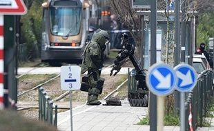 Bruxelles (Belgique), le 25 mars 2016. Un démineur procède à la sécurisation d'un quai de tramway après l'arrestation d'Abderamane A, inculpé pour des faits de terrorisme.