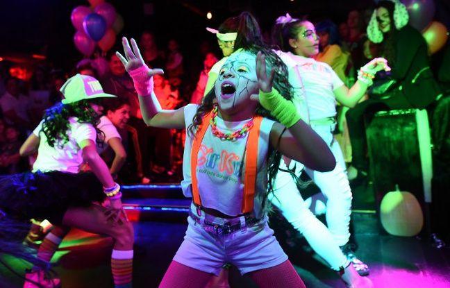Des enfants dansent dans un club à New York, le 26 octobre 2014.