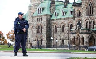 Un policier devant le Parlement canadien à Ottawa, le 23 octobre 2014.