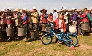 Des villageoises font la queue pour obtenir de l'eau potable à Chuxiong, un village du sud-ouest de la Chine victime d'une sévère période de sécheresse, le 13 mars 2010.