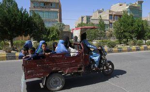 Des civils fuient les combats dans la province d'Herat, à l'ouest de Kaboul.