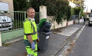 Mickaël Litvinenko, 45 ans, ripeur à Toulouse, a continué à assurer le ramassage des déchets durant le confinement.