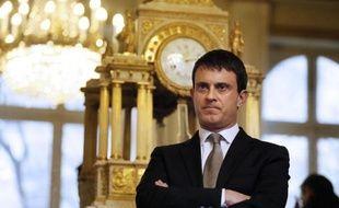 La classe politique en Corse doit condamner de façon plus claire les attentats commis en Corse contre des villas par des inconnus se réclamant du nationalisme, a estimé dimanche le ministre de l'Intérieur, Manuel Valls.