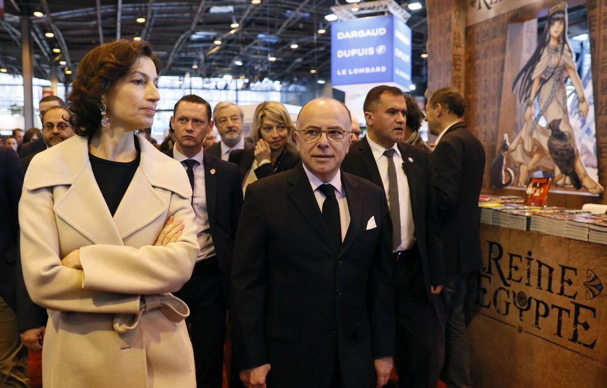 Le Premier ministre Bernard Cazeneuve et la ministre de la Culture Audrey Azoulay au Salon du livre (Paris), le 25 mars 2017. – AFP