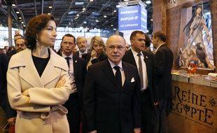 Le Premier ministre Bernard Cazeneuve et la ministre de la Culture Audrey Azoulay au Salon du livre (Paris), le 25 mars 2017.