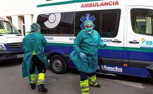 Du personnel médical devant une maison de retraite en Espagne, le 19 mars 2020 (illustration).