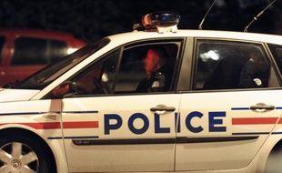 Trois jeunes hommes, âgés de 18 à 20 ans, ont été écroués vendredi par un juge de Versailles pour une douzaine d'agressions de prostituées dans toute la France, a-t-on appris de source proche de l'enquête.