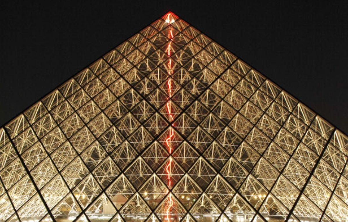L'oeuvre de Claude Lévêque sous la pyramide du Louvre – Claude Lévêque © 2014 – Musée du Louvre / Antoine Mongodin
