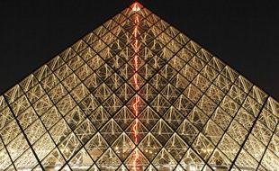 L'oeuvre de Claude Lévêque sous la pyramide du Louvre