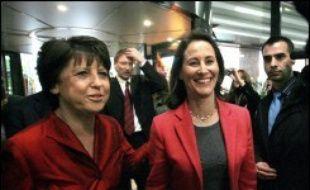 """La maire de Lille, Martine Aubry, a appelé vendredi les socialistes à être """"tous derrière"""" leur candidate à l'élection présidentielle Ségolène Royal, tandis que celle-ci saluait """"une élue de terrain"""" qui a eu """"le souci de (...) la mixité sociale""""."""