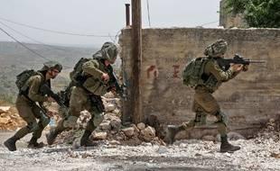 Des soldats israéliens prennent position durant des affrontements avec des protestants palestiniens, le 25 mai 2018  dans le village de Kfar Qaddum près de Naplouse.