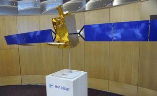 Un satellite Eutelsat présenté à paris, le 9 janvier 2015