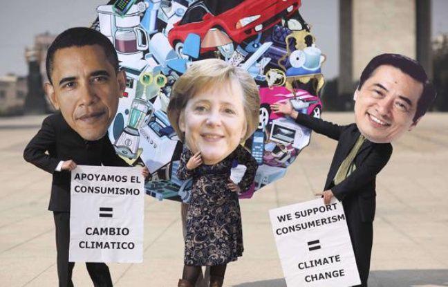 Des activistes écologistes au sommet de Cancun, représentant Barack Obama, Angela Merkel et le premier ministre japonais Naoto Kan, le 01 décembre 2010.