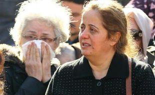 Des femmes pleurent leurs proches, tués la veille dans un attentat terroriste, le 18 février 2016 à la morgue à Ankara