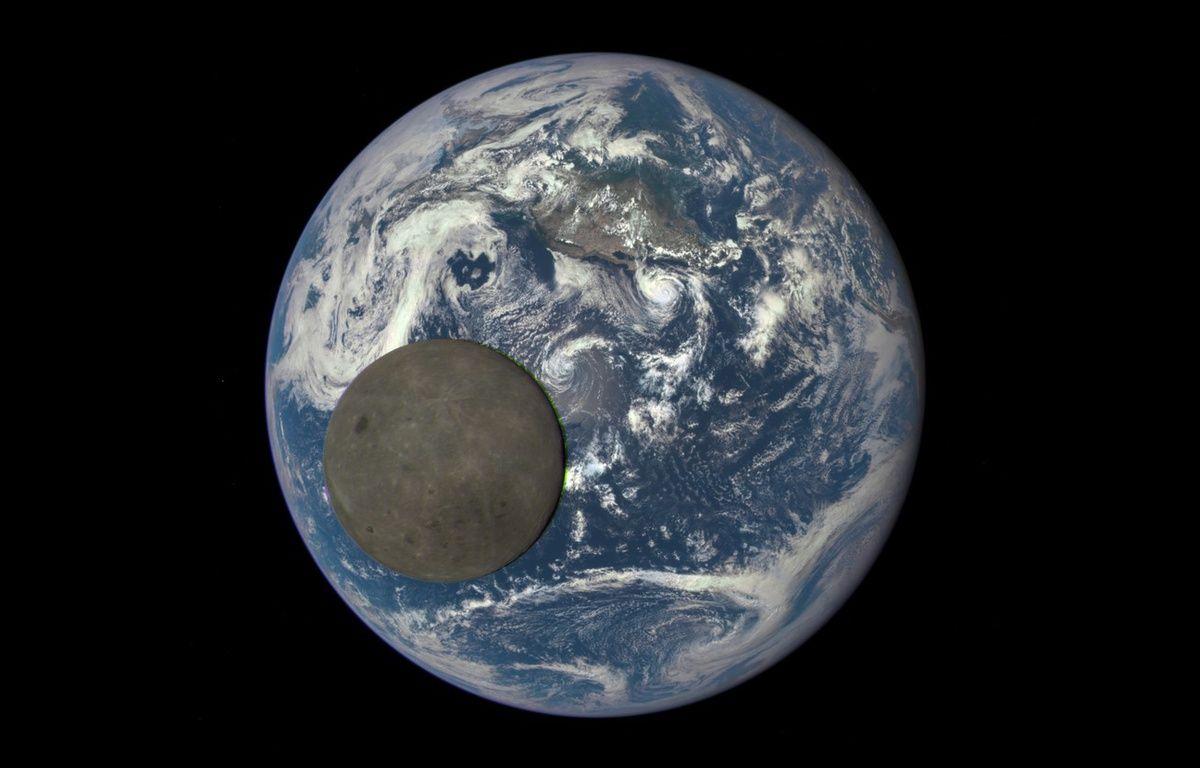La Terre et la Lune photographiées en juillet 2015 par le satellite DSCOVR. – NASA/NOAA