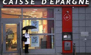 Marseille, le 22 octobre 2008. Un homme attend devant un distributeur de billets de la Caisse d'épargne.