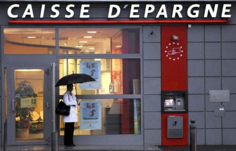 60 Millions de consommateurs dénonce des frais bancaires illégaux 960x614_marseille-22-octobre-2008-homme-attend-devant-distributeur-billets-caisse-epargne