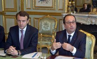 Le ministre de l'Economie Emmanuel Macron et le président François Hollande le 8 décembre 2014 à l'Elysée à Paris