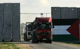 Un convoi d'aide humanitaire internationale a commencé à transiter mardi matin entre Israël et la bande de Gaza, au quatrième jour d'une offensive aérienne israélienne contre le Hamas qui contrôle le territoire palestinien, a indiqué un porte-parole militaire israélien.