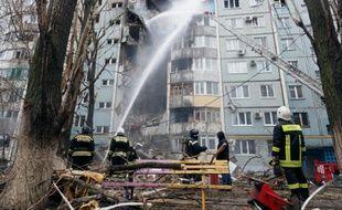 Des pompiers combattent un feu après une explosion de gaz à Volgograd, dans le sud de la Russie, le 20 décembre 2015