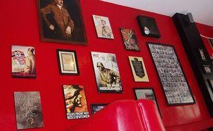 En Indonésie, un café à la décoration nazie cherche à rouvrir dans un quartier plus animé après avoir été contraint à la fermeture par manque de clients, a annoncé l'avocat du propriétaire le 26 janvier 2017.