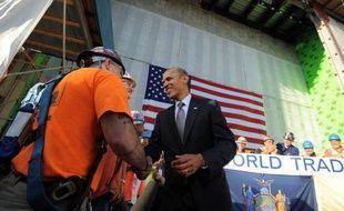 """Le président américain Barack Obama s'est rendu jeudi sur le site du 11-Septembre à New York pour inscrire sur une poutre du gratte-ciel érigé à l'endroit des attentats le message: """"Nous nous souvenons, nous reconstruisons, nous revenons plus forts!""""."""