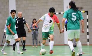 Evo Morales joue au futsal le 9 juin 2015 à Bruxelles.