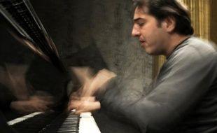 Un tribunal d'Istanbul a condamné lundi le célèbre pianiste-compositeur turc Fazil Say à dix mois de prison avec sursis pour avoir diffusé sur les réseaux sociaux des propos jugés blasphématoires à l'endroit de la religion musulmane.